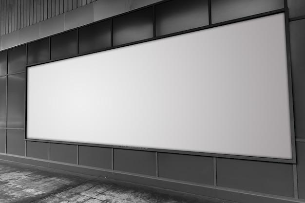 Grand panneau d'affichage dans l'espace publicitaire vide de la rue blanche. Photo Premium