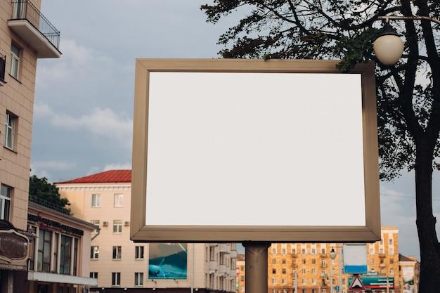 Un Grand Panneau D'affichage Dans La Rue Photo gratuit