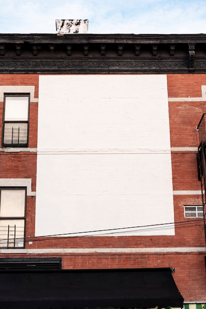 Grand panneau d'affichage maquette sur un bâtiment Photo gratuit