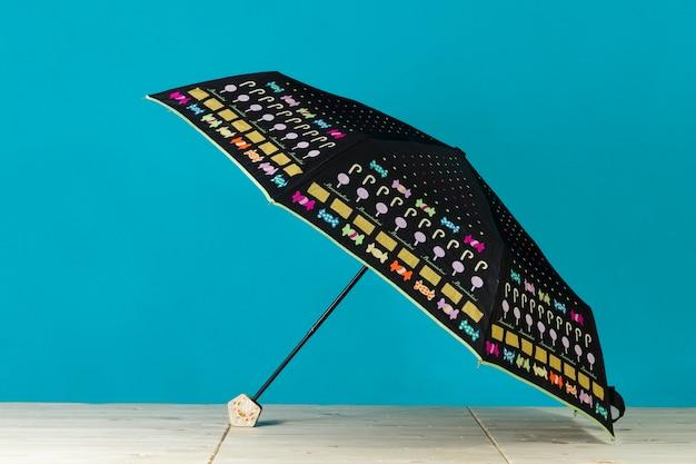 Grand Parapluie Noir Avec Des Objets Colorés Photo gratuit