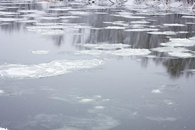 Grand-père flottant sur la rivière d'hiver, paysage d'hiver, inondations printanières Photo Premium