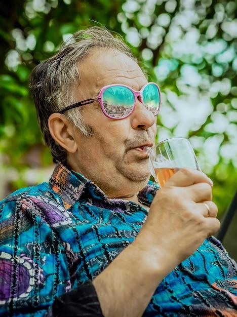 Un Grand-père Moderne Boit Du Whisky Dans Un Verre Photo Premium