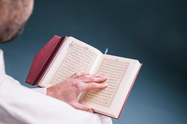 Grand Plan, De, Homme, Lecture, Dans, Coran Photo Premium