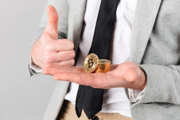 Grand Plan, De, Homme, Tenue, Pile, De, Doré, Bitcoins Photo gratuit