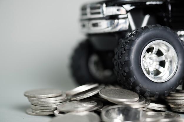 Grand Plan, De, Pneu, De, Miniature, Voiture, Camionnette, Sur, Piles, De, Monnaie Photo Premium