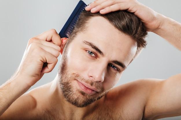 Grand Plan, Portrait, De, A, Homme Souriant, Peigner, Sien, Cheveux Photo gratuit