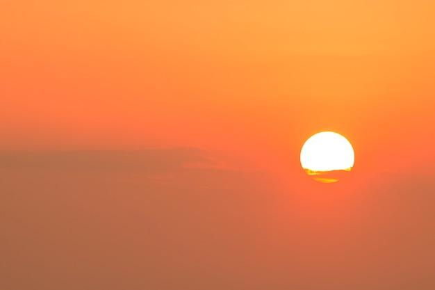 Grand soleil sur le ciel au petit matin Photo Premium
