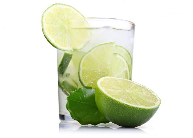 Grand verre de tonique frais aux fruits de citron vert isolé Photo Premium