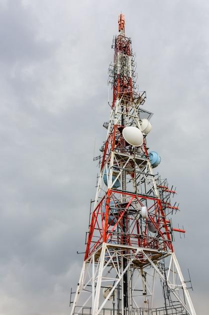 Grande antenne par temps nuageux Photo Premium