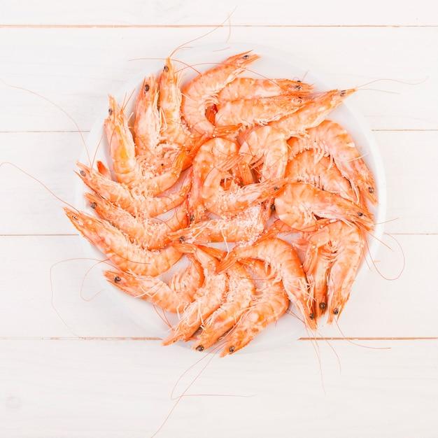 Grande assiette avec des crevettes sur la table Photo gratuit