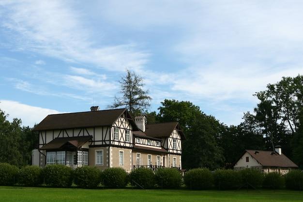 Grande et belle maison de village Photo gratuit