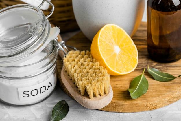 Grande Brosse De Nettoyage écologique Avec Du Citron Et Du Bicarbonate De Soude Photo gratuit