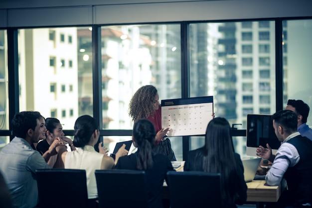 Grande équipe discutant des plans d'affaires lors d'une réunion Photo Premium