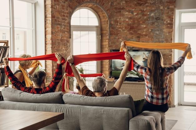 Une Grande équipe Familiale Excitée Et Heureuse Regarde Un Match De Sport Ensemble Sur Le Canapé à La Maison Photo gratuit