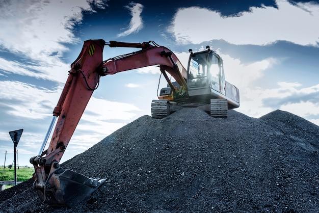 La grande excavatrice sur les hauteurs Photo Premium