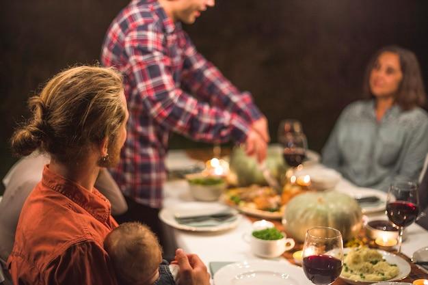 Grande famille à la table Photo gratuit