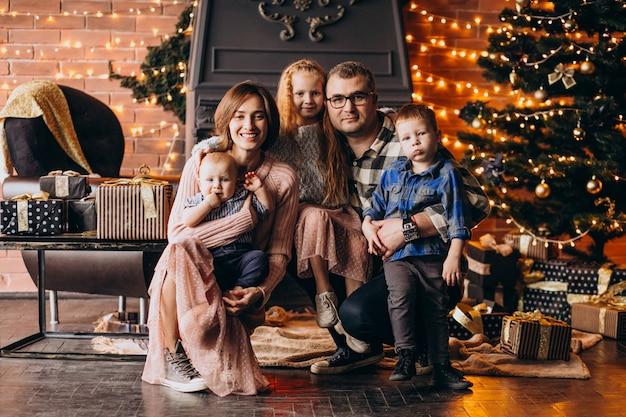 Grande Famille La Veille De Noël Avec Des Cadeaux Par L'arbre De Noël Photo gratuit