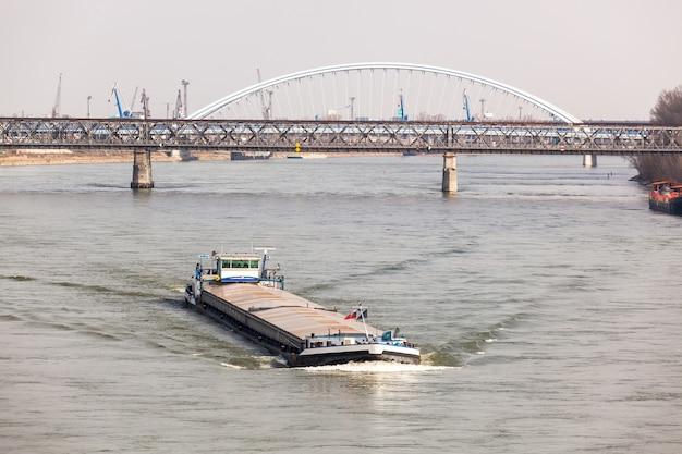 Une grande péniche navigue sur le danub à bratislava Photo Premium
