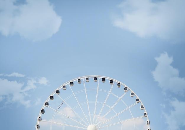 Grande Roue Blanche Sous La Lumière Du Soleil Et Un Ciel Bleu Nuageux Pendant La Journée Photo gratuit