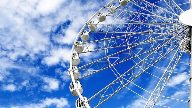 Grande roue sur ciel bleu Photo Premium