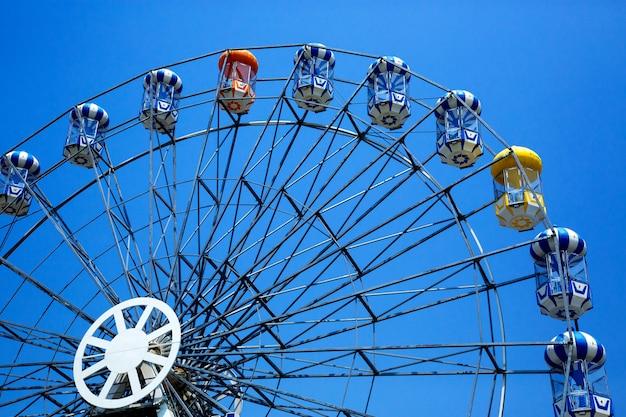 La grande roue colorée sur le fond de ciel bleu. Photo Premium