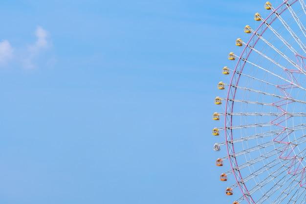 Grande roue dans un parc d'attractions Photo gratuit