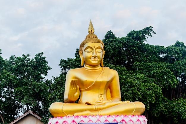 Grande statue de bouddha d'or dans le temple de la thaïlande Photo Premium
