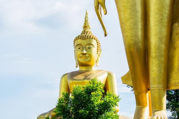 Grande statue de bouddha en or avec fond de ciel bleu Photo Premium