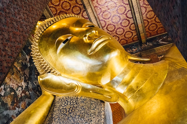 Grande statue de bouddha d'or de sommeil au temple à bangkok, thaïlande Photo gratuit