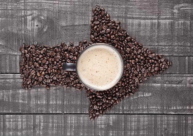 Grande Tasse De Cappuccino Chaud Avec Des Grains De Café Sur Planche De Bois Photo Premium