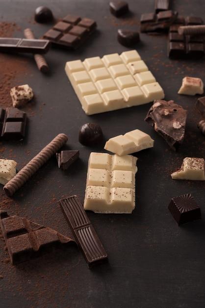 Grande Variété De Barres De Chocolat écrasées En Morceaux Photo gratuit