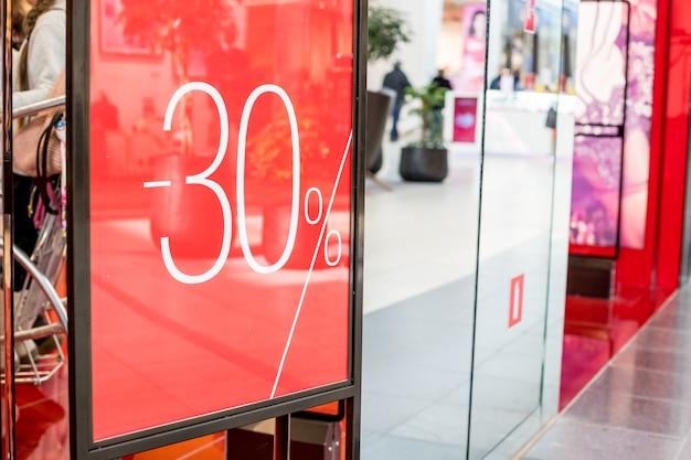 Grande vente 30 lettres sur pilier mural centre commercial, centre commercial bokeh. promotion du centre commercial promotion du magasin 50%. Photo Premium