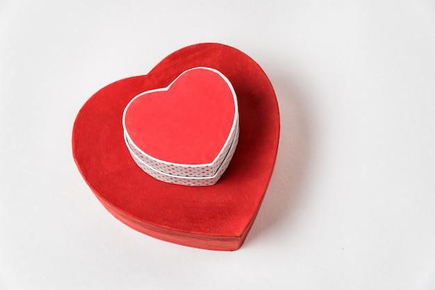 Grandes Et Petites Boîtes En Forme De Coeur Rouge Sur Table. Vue De Dessus. Cadeaux Pour La Saint Valentin Photo Premium