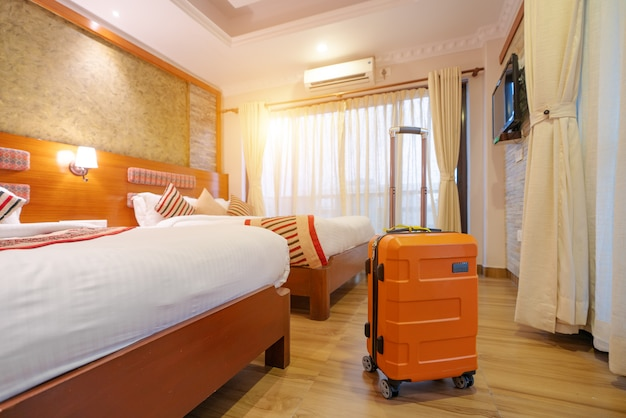 De grandes valises se tiennent dans le hall de l'hôtel Photo Premium