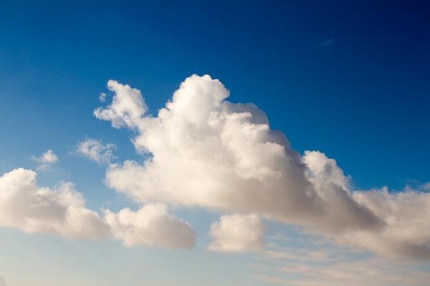 Grands et beaux nuages cumulus sur ciel bleu Photo Premium