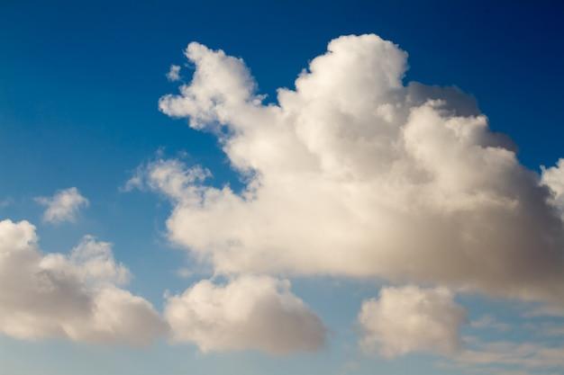 Grands et beaux nuages cumulus sur ciel bleu. Photo Premium