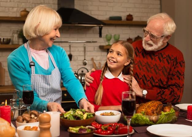 Les Grands-parents Regardant Leur Petite-fille Photo gratuit