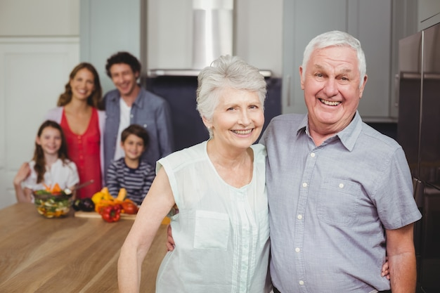 Grands-parents Souriants Avec La Famille Dans La Cuisine Photo Premium