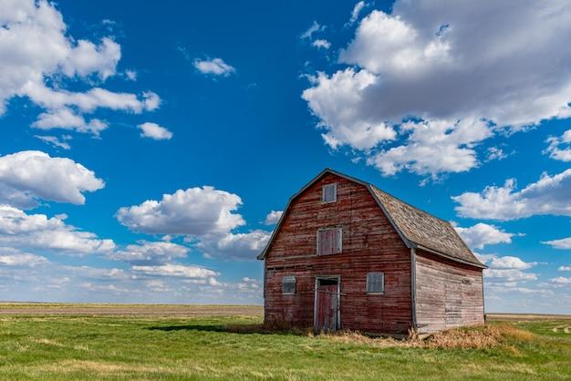Grange Rouge Vintage Dans Les Prairies Près De White Bear, Saskatchewan Photo Premium