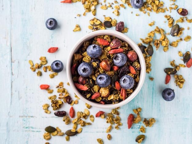 Granola au thé vert matcha fait maison dans un bol. Photo Premium