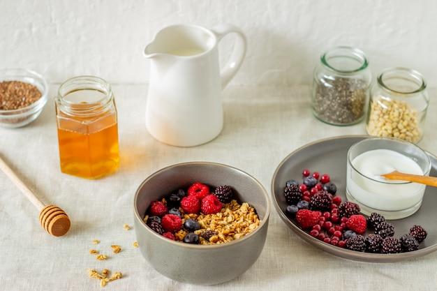 Granola aux baies, yaourt et miel. Photo Premium