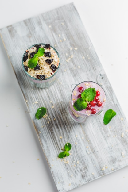 Granola dans un verre avec du yaourt et des baies Photo Premium