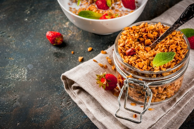 Granola fait maison à partir d'un mélange de céréales et de fraises Photo Premium