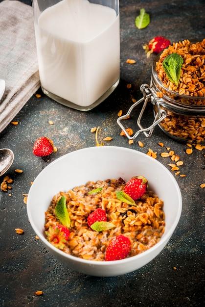 Granola fait maison à partir d'un mélange de céréales Photo Premium