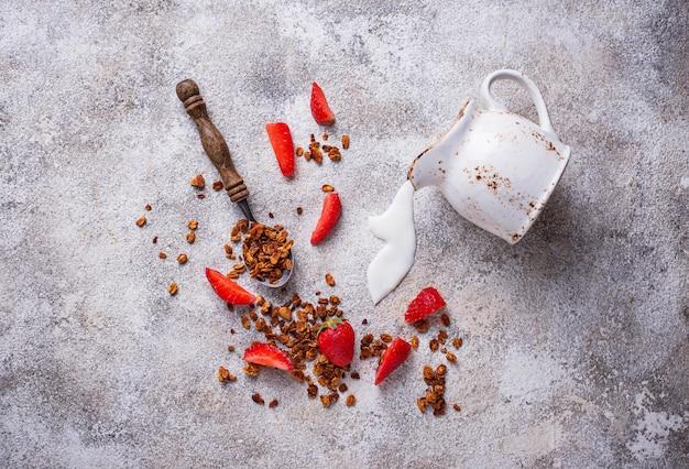 Granola et fraise, petit déjeuner sain Photo Premium