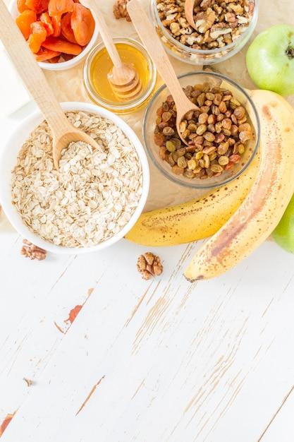 Granola ingrédients sur fond de bois blanc Photo Premium