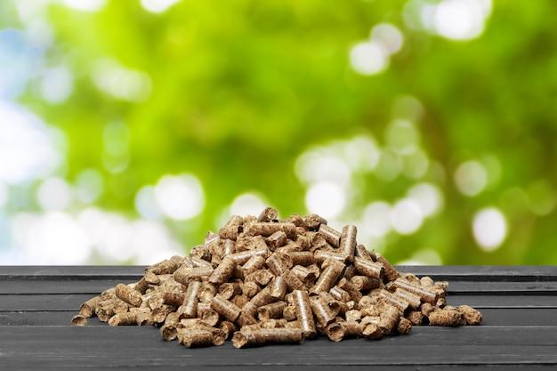 Granulés De Bois Sur Une Nature Verdoyante. Biocarburants. Photo Premium
