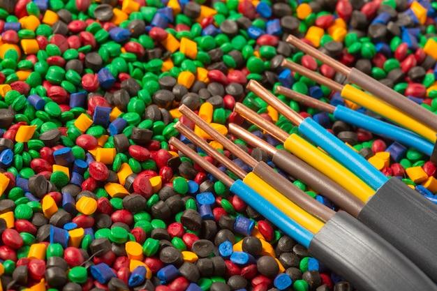 Granules de polymères plastiques colorés pour câbles Photo Premium
