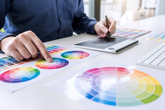 Graphiste créatif travaillant sur la sélection des couleurs et des échantillons de couleurs Photo Premium