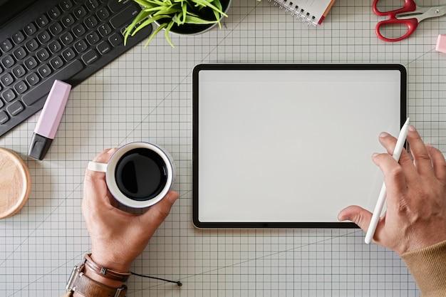 Graphiste créatif travaillant avec une tablette moderne à écran tactile innovante en studio Photo Premium